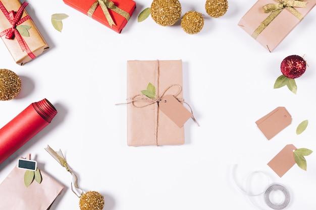 Buch in geschenkpapier und weihnachtsschmuck