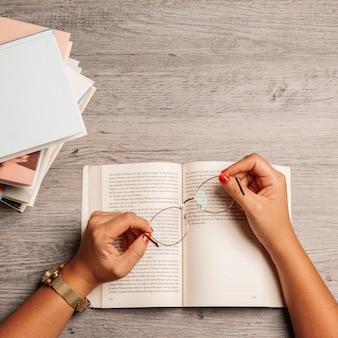 Buch-konzept mit händen halten brille