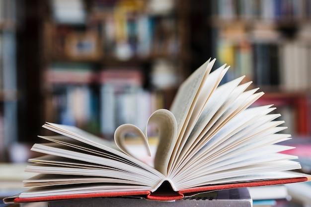 Buch mit seiten, die wie ein herz aussehen