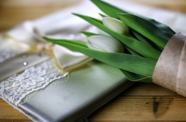 Buch mit weißer tulpenspitze