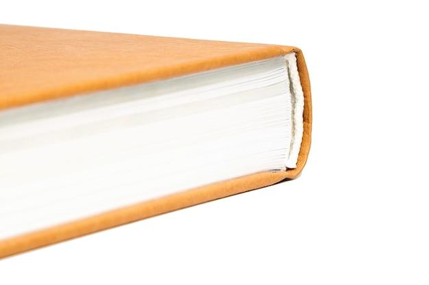 Buch oder tagebuch mit hellbraunem hartlederbezug isoliert