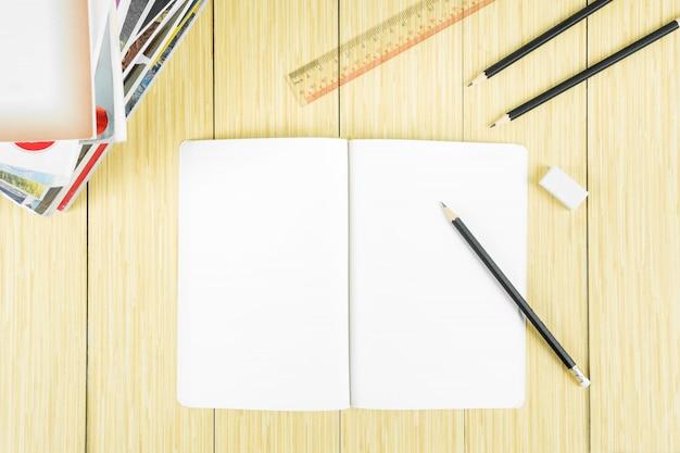 Buch offen und bereit, eine nachricht zu schreiben.