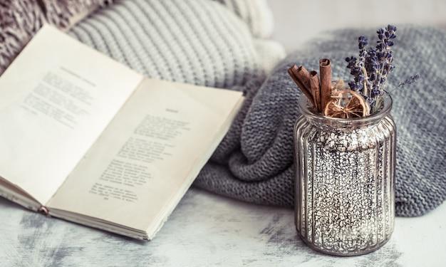 Buch, pullover und vase