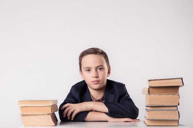 Buch, schule, kind. kleiner student, der bücher hält lustiger verrückter junge mit büchern.