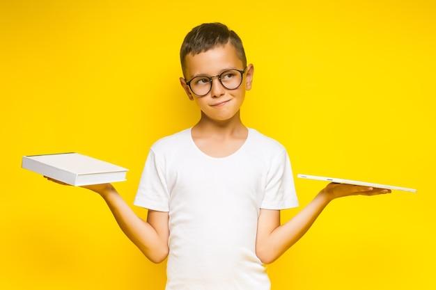 Buch, schule, kind. kleiner student, der bücher hält