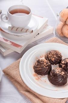 Buch, tasse tee und schokolade
