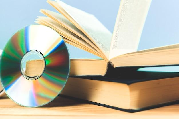 Buch und dvd als symbole alter und neuer methoden der informationsspeicherung