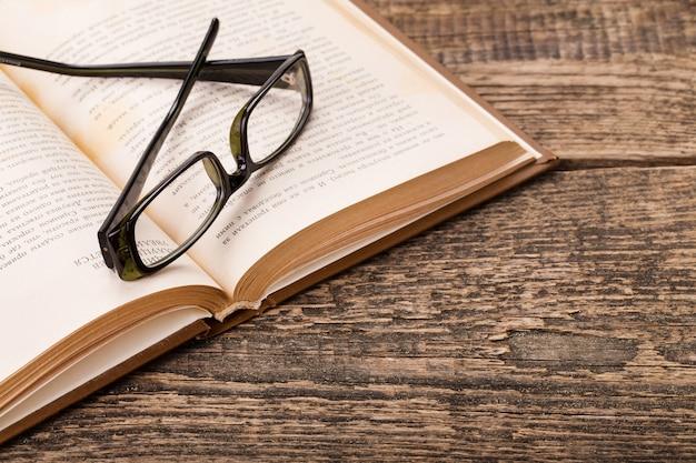 Buch und gläser auf holzpalette