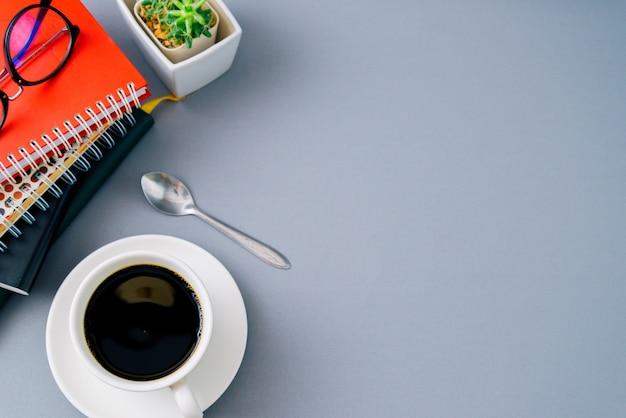 Buch und schwarzer kaffee draufsicht hintergrund mit exemplar,