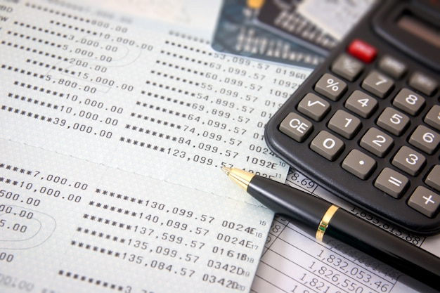 Buchbank, kreditkarten, taschenrechner, kugelschreiber. geschäftsfinanzkonzept