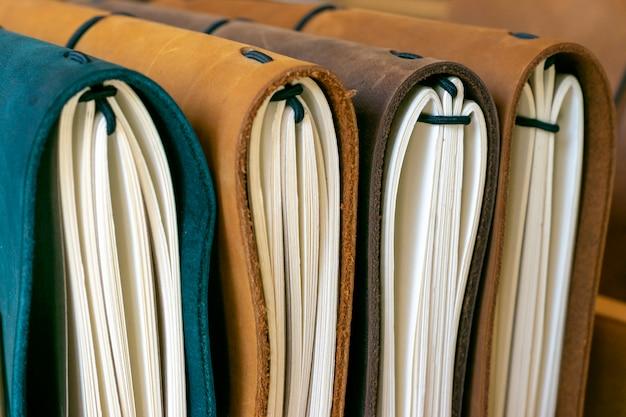 Buchcover auf dem bücherregal angeordnet.