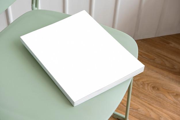 Buchen sie auf einem pastellgrünen stuhl