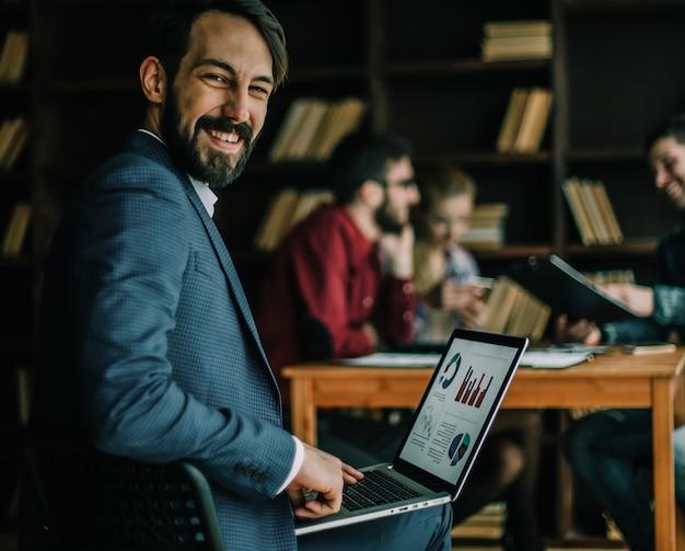 Buchhalter arbeitet mit finanzdiagrammen auf dem laptop im büro