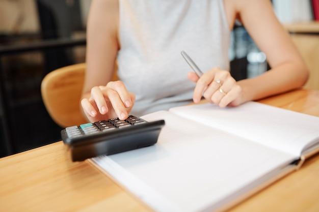Buchhalter arbeitet mit taschenrechner