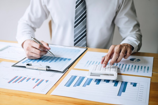 Buchhalter, der ausgabenfinanzjahresbericht-bilanzauszug analysierend arbeitet und berechnet