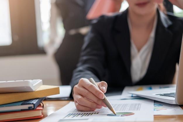 Buchhalter, der einen taschenrechner verwendet, um die zahlen zu berechnen. buchhaltung, buchhaltung vom finanzbericht und anruf zum berater, berechnungskonzept.