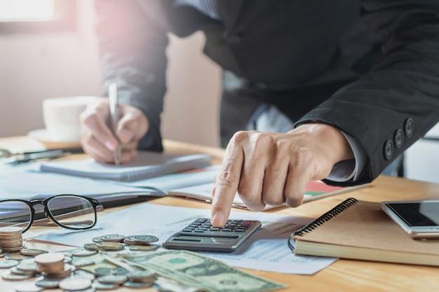 Buchhalter im büro arbeiten. business finance und buchhaltungskonzept