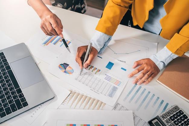Buchhalter-meeting-team im büroraum. konzept finanz- und rechnungswesen