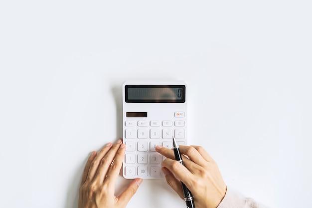 Buchhalter mit taschenrechner im schreibtischbüro auf weißem hintergrund mit kopienraum, ansicht von oben