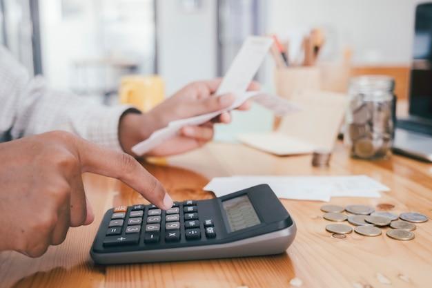 Buchhalter oder bankier berechnen die geldrechnung.