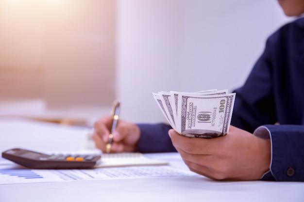 Buchhalter oder bankiers führen berechnungen durch.