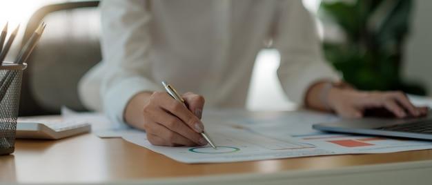 Buchhalter oder finanzinspektor hände machen bericht, berechnung. hausfinanzen, investitionen, wirtschaft, geld sparen oder versicherungskonzept.