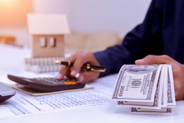 Buchhalter- oder finanzinspektorhände, die bericht machen.
