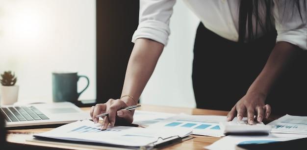 Buchhalterfrau, die an schreibtischgeschäftsfinanzen und -buchhaltung arbeitet