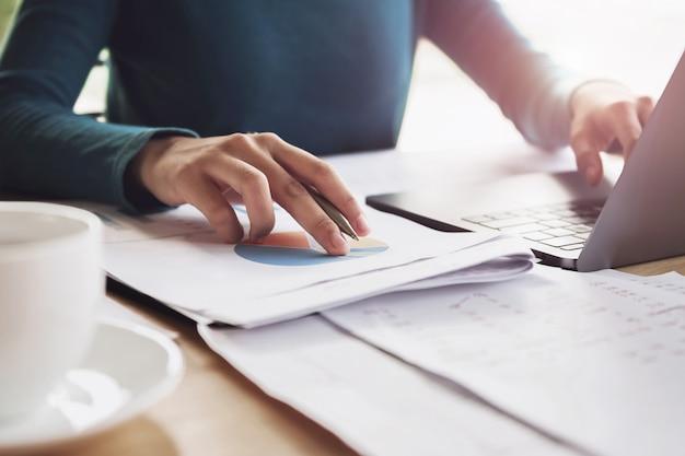 Buchhalterfrau, die an schreibtischgeschäftsfinanzierung und -buchhaltung arbeitet