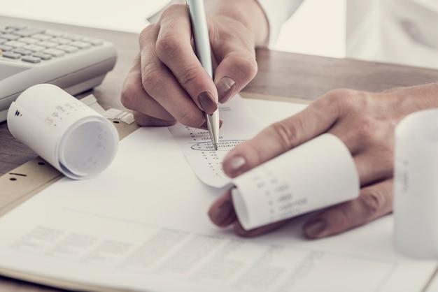 Buchhalterin arbeitet an ihrem schreibtisch