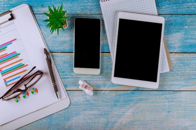 Buchhaltung, die geschäfts- und finanzberichtgläser mit drahtlosem kopfhörer und digitaler tablette zeigt