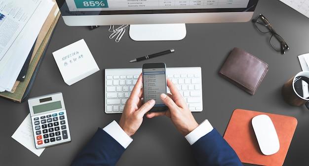 Buchhaltungs-analyse-digitalgerät-arbeitsplatz-konzept