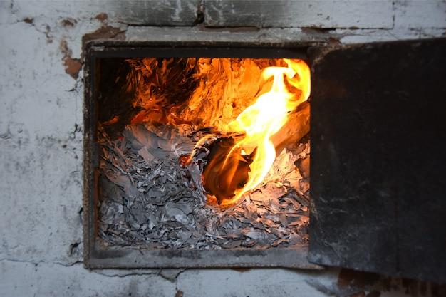 Buchhaltungsgeschäftsunterlagen werden im ofen in brand gesteckt
