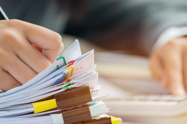 Buchhaltungsplanungsbudget geschäftsfraubüros, die mit taschenrechner für die prüfung arbeiten