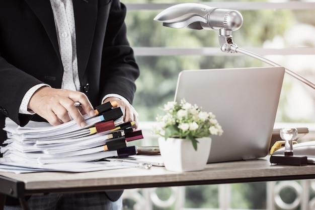 Buchhaltungsplanungsbudget geschäftsfrauenbüros, die für die anordnung von dokumenten arbeiten