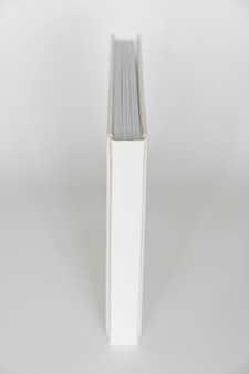 Buchrücken aus weißem buch in ledereinband. druckprodukte. fotobücher und alben. einzelne produkte.
