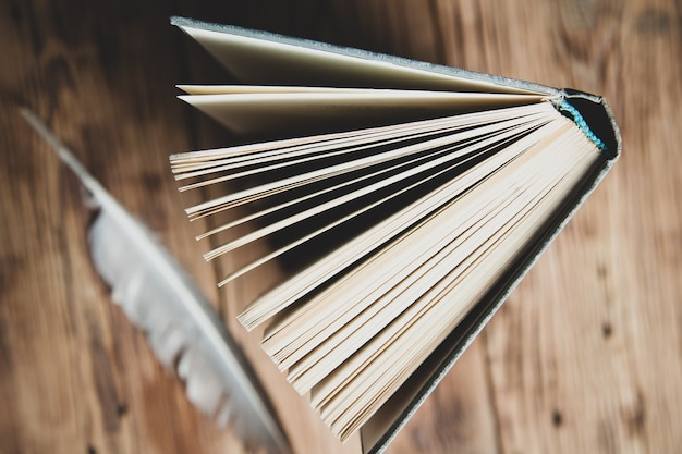 Buchseite auf holzschreibtisch