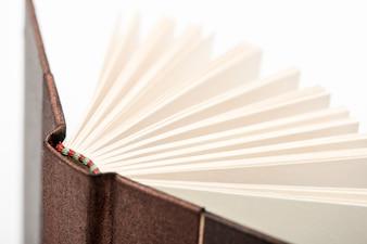 Buchseiten öffnen. Seiten des offenen Buches auf weißem Hintergrund, Nahaufnahme.