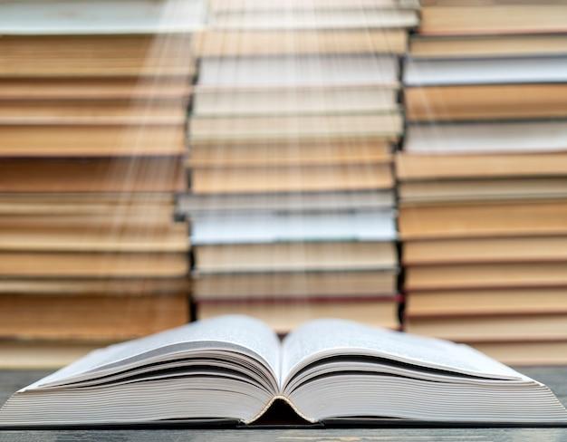 Buchseiten strahlen licht aus. symbol für weisheit, wissen und lernen.