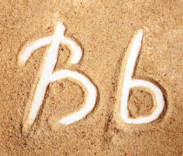 Buchstabe b englisches handgeschriebenes alphabet im sand
