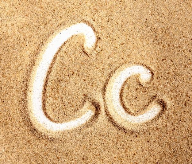 Buchstabe c englisch handgeschriebenes alphabet im sand