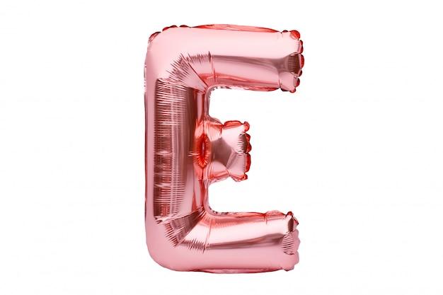 Buchstabe e aus roségoldenem aufblasbarem heliumballon, isoliert auf weiß. goldrosa folienballonschriftteil des vollständigen alphabetsatzes der großbuchstaben.