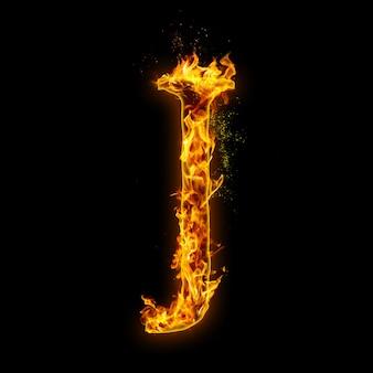 Buchstabe j. feuerflammen auf schwarzem, realistischem feuereffekt mit funken.