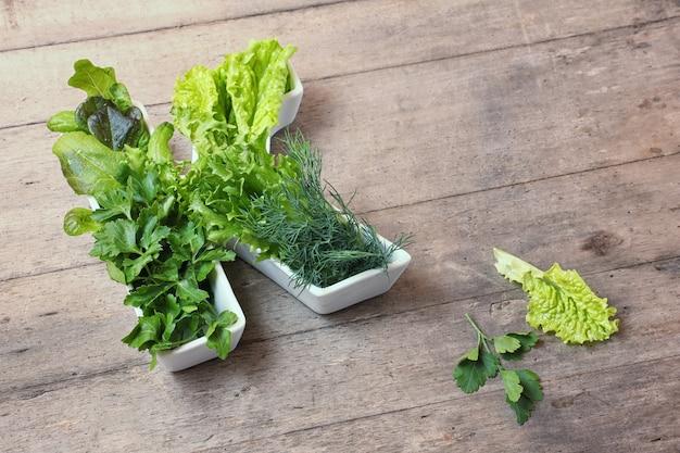 Buchstabe k geformte platte mit verschiedenen frischen grünen blattgemüse