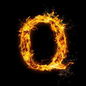 Buchstabe q. feuerflammen auf schwarzem, realistischem feuereffekt mit funken.