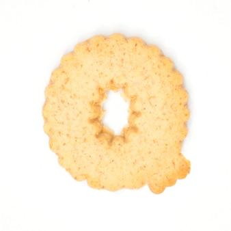Buchstabe q gemacht vom crackerplätzchen lokalisiert auf weißem hintergrund