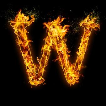 Buchstabe w. feuerflammen auf schwarzem, realistischem feuereffekt mit funken.