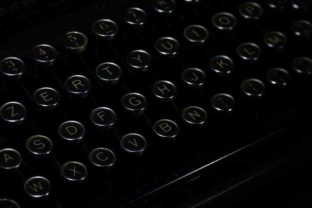 Buchstaben auf den tasten einer alten schreibmaschine