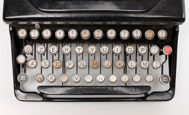 Buchstaben auf einer alten schreibmaschine