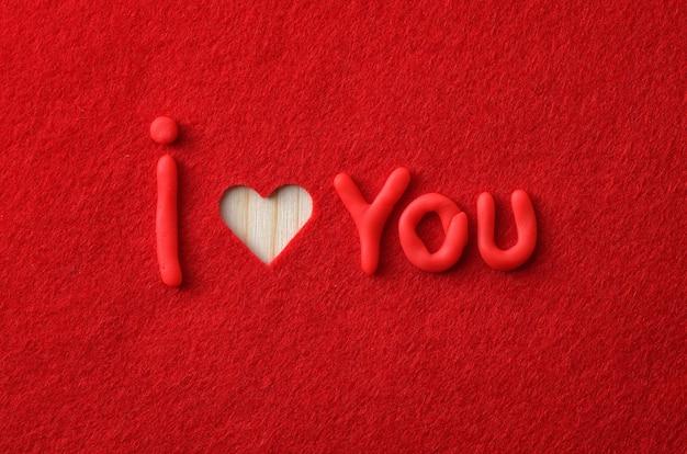 Buchstaben auf rotem filz. liebeserklärung
